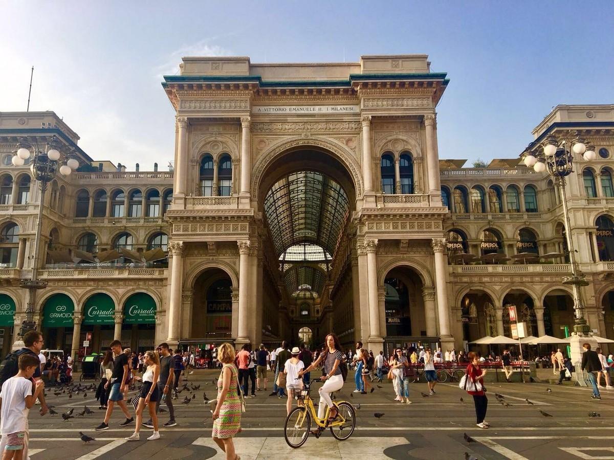 Велосипед Ofo на площади в Милане
